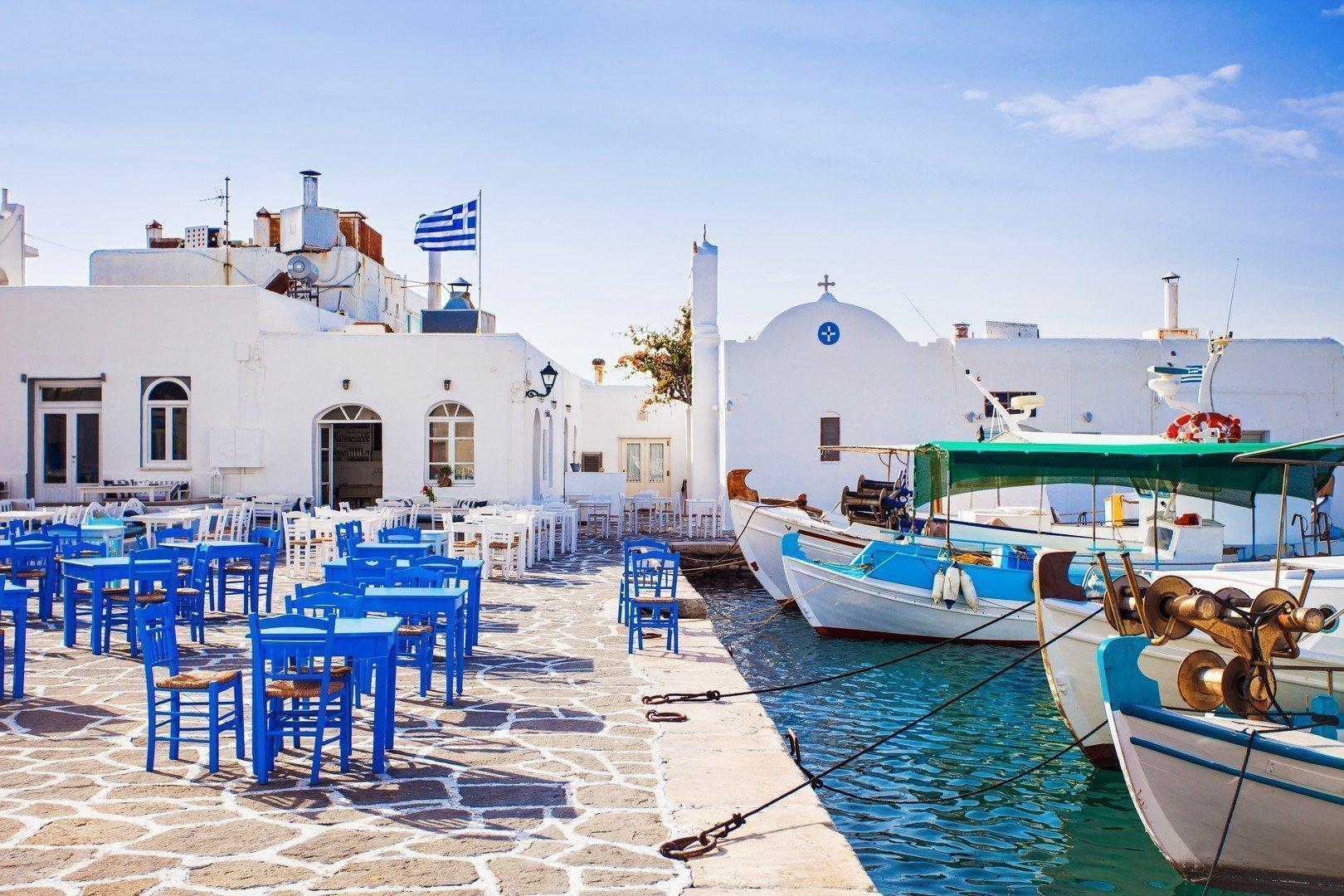 Greek fishing village in Paros, Naousa, Greece - Imagen shutterstock_336327542