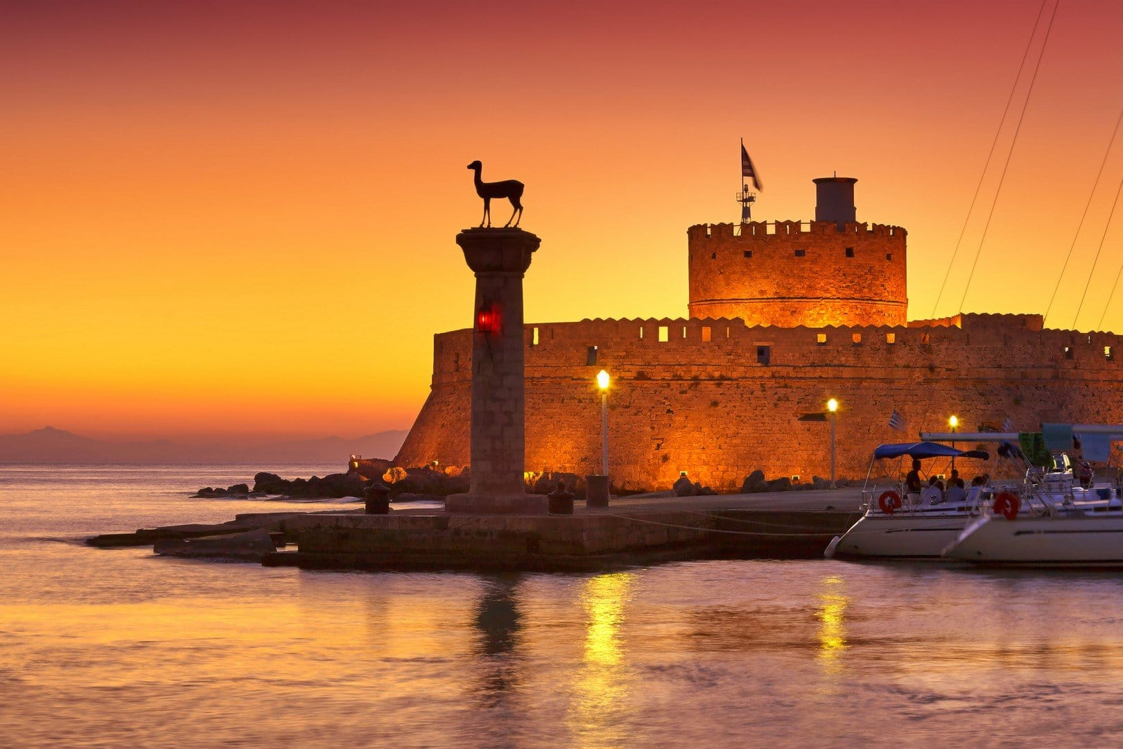 Mandraki harbor, Rhodes Island, Greece - Imagen shutterstock_306335021