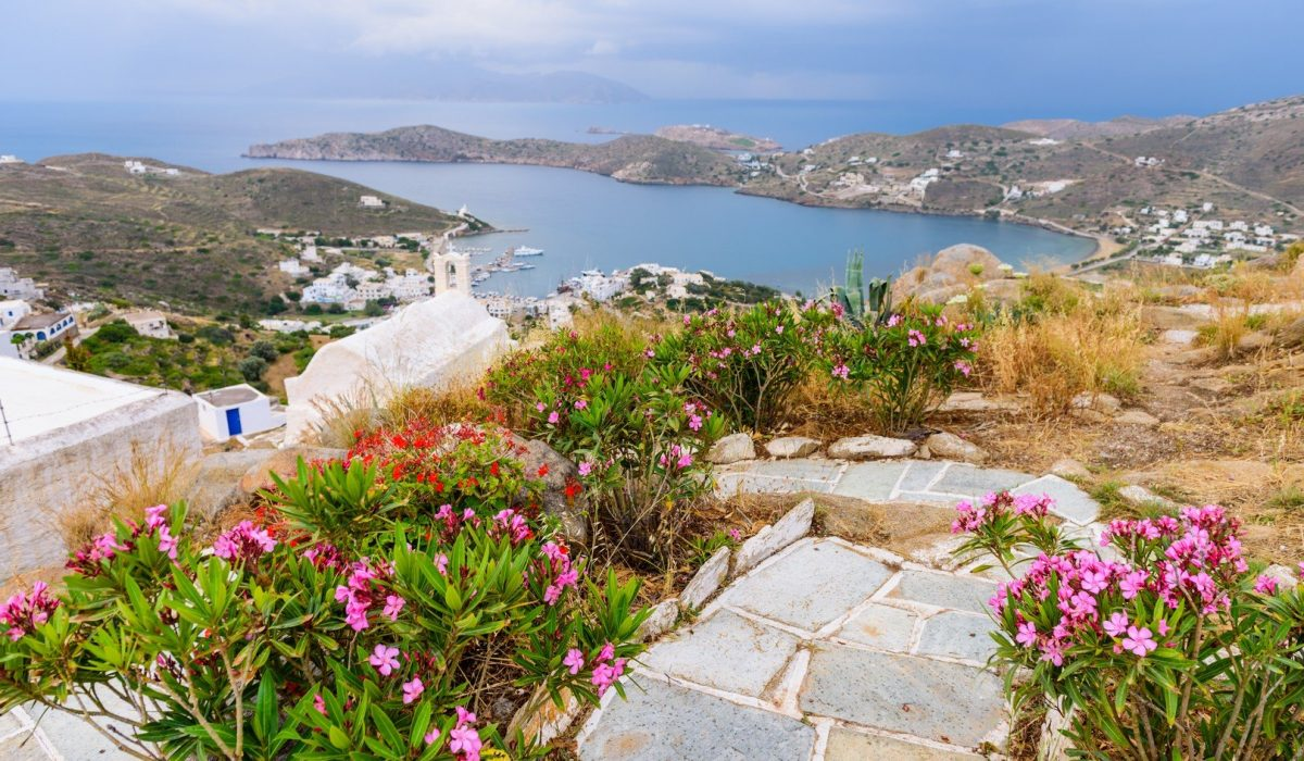 Spectacular coastline, Ios island, Cyclades, Greece. - Imagen shutterstock_319939397