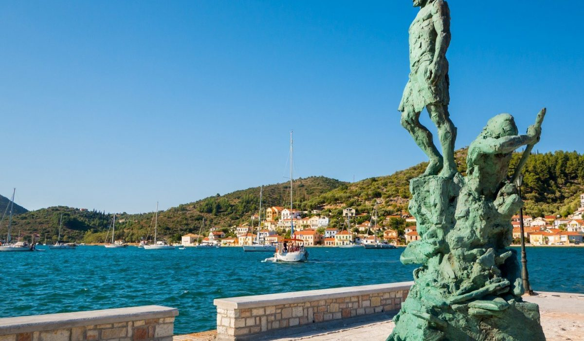 USO EDITORIAL The statue of Odysseus made from bronze at the port of Ithaca island, 29th July 2015, Ithaca Greece - Imagen shutterstock_387342628