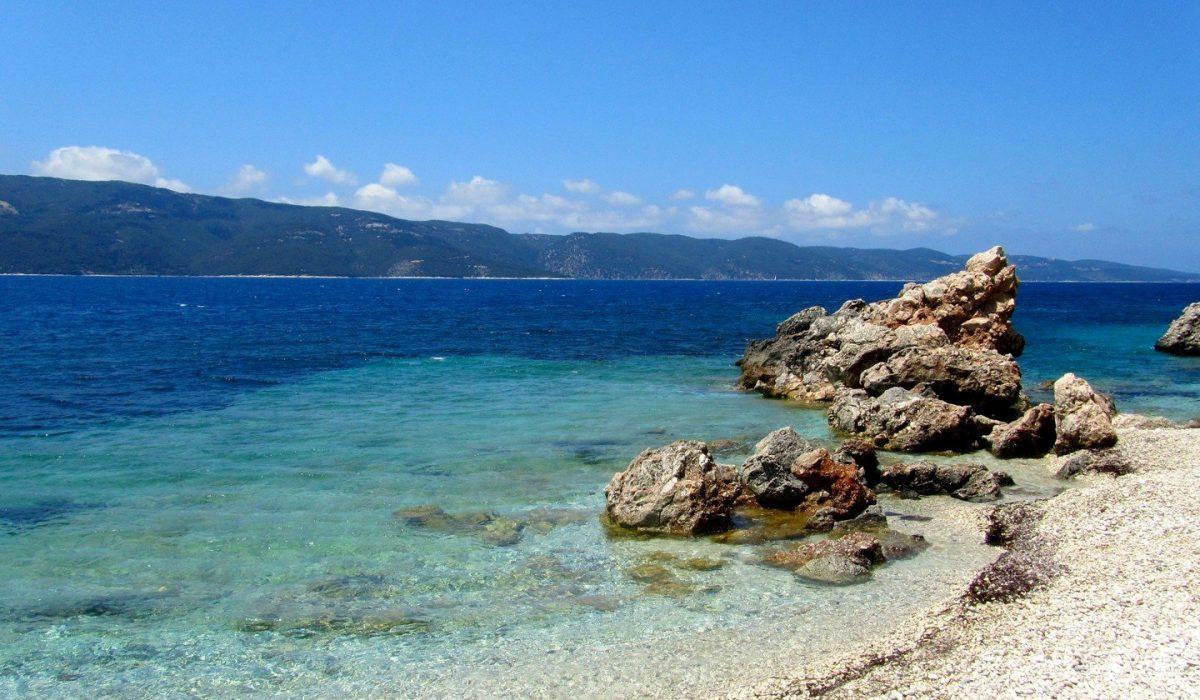 White beach in Ithaca island, Greece - Imagen shutterstock_545714356